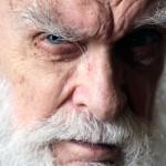 """Na Imagem: James Randi, conhecido como """"O Incrível Randi""""."""