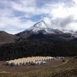 115 dos 300 tanques na matriz do HAWC. O HAWC está a uma altitude de 4.100 metros sobre os flancos do vulcão Sierra Negra perto de Puebla, no México. Crédito: Benemérita Universidade Autônoma de Puebla