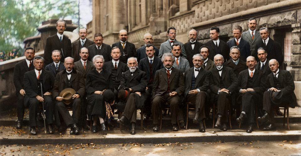 """Versão colorida da foto da """"Quinta Conferência de Solvay"""", em 1927. Crédito da Imagem: Princeton Plasma Physics Laboratory."""