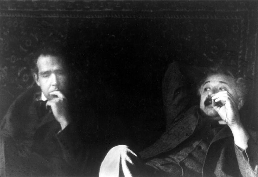 Niels Bohr (esquerda) e Albert Einstein em 1925. Crédito de imagem: Paul Ehrenfest.