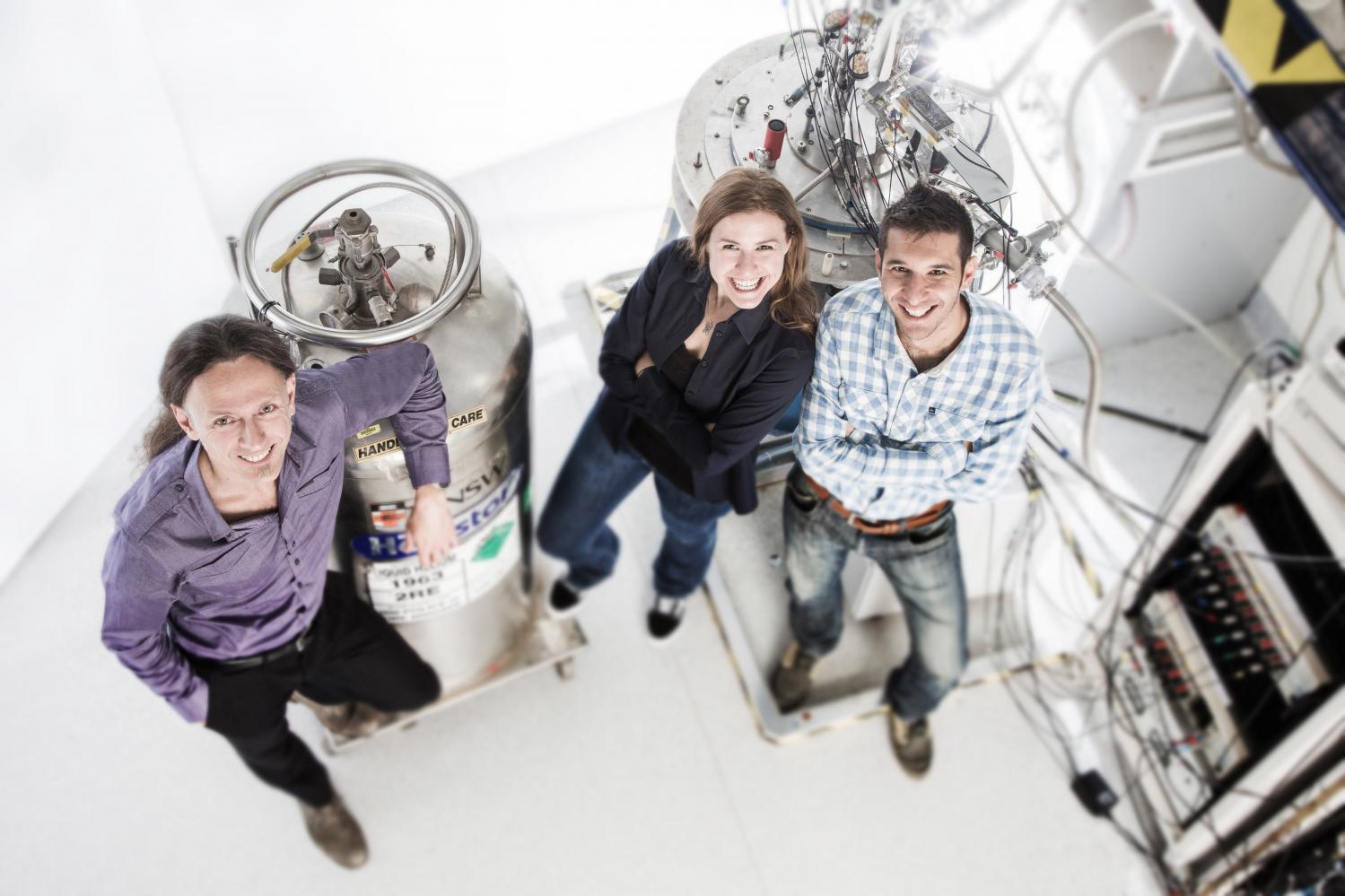 O líder do projeto Andrea Morello (à esquerda) com autores importantes Stephanie Simmons (meio) e Juan Pablo Dehollain (à direita) no laboratório na UNSW onde foram realizados os experimentos. Créditos: Paul Henderson-Kelly / UNSW