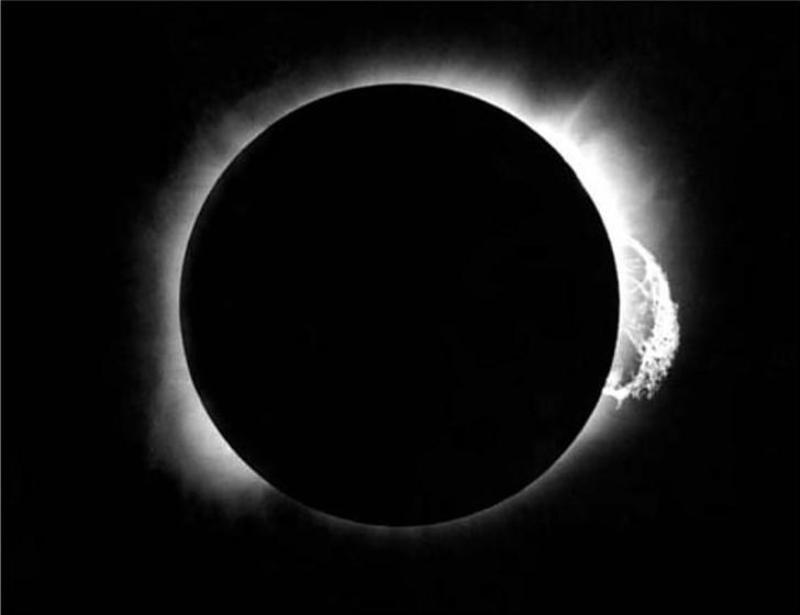 Imagem do eclipse solar de 29 de maio de 1919 feita pelo astrônomo britânico Arthur Eddington em Principe Island, Golfo da Guiné. As estrelas que ele viu durante esse eclipse (não visíveis nesta imagem) confirmou a teoria da relatividade geral de Einstein. Estrelas perto do sol pareciam um pouco deslocadas, porque sua luz tinha sido curvada pelo campo gravitacional do sol. Essa mudança só é perceptível quando o brilho do sol não obscurece as estrelas, como durante este eclipse. Crédito da imagem: Royal Astronomical Society/Science Source.