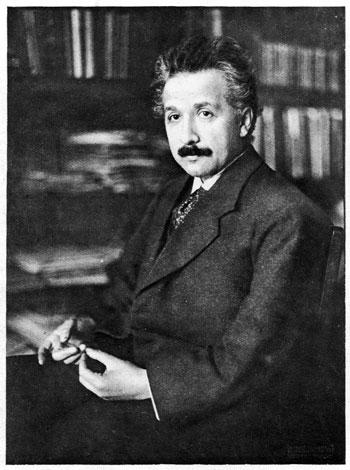 """Nascido em 1879, Albert Einstein tinha 36 anos quando publicou os artigos que descrevem a relatividade geral e em seguida mudou a forma como o mundo via o espaço e o tempo. Seis anos mais tarde ele iria reivindicar o Prêmio Nobel de física de 1921 (embora não tenha sido dado a ele até 1922). Ele não ganhou por causa da teoria da relatividade mas ao invés disso pelo o que o Comitê do Nobel descreveu como """"serviços a física teórica e, sobretudo, pela sua descoberta da lei do efeito fotoelétrico"""". Crédito da imagem: Mary Evans/Science Source."""
