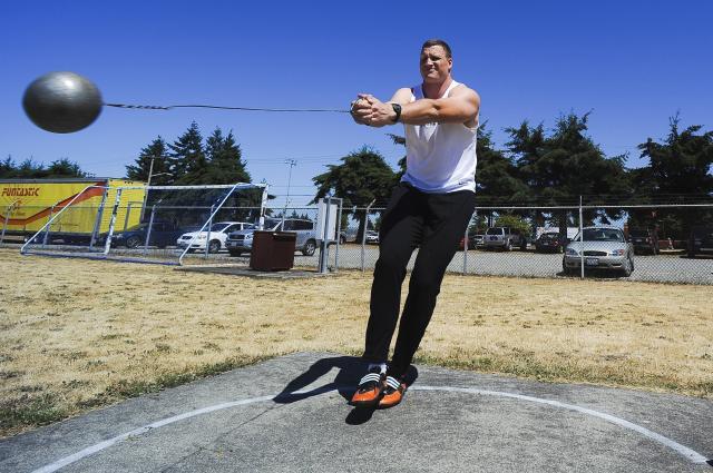 O lançador de martelo Mike Mai praticando em Fort Lewis. Mai terminou em terceiro lugar no Campeonato Nacional dos EUA e em breve competirá no Campeonato Mundial de Atletismo em Berlim, Alemanha. Créditos de imagem: Phil Sussman.