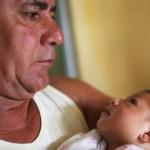 Alice Vitoria Bezerra, uma bebê de 3 meses de idade que tem microcefalia, segurada por seu pai, João Batista Bezerra. Janeiro de 2016, Recife.(Mario Tama-Getty Images)