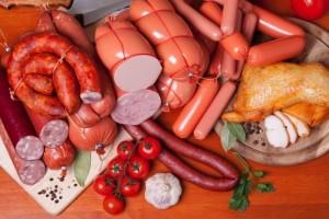 Carnes processadas incluem embutidos como salames, presuntos, bacon e diversos produtos defumados