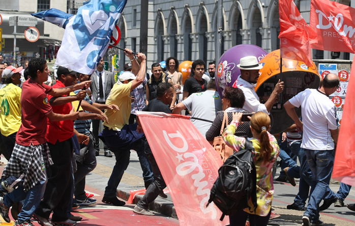 Militantes do PT e do PSDB em confronto no centro de SP. Foto: Michel Filho/Agência O Globo.