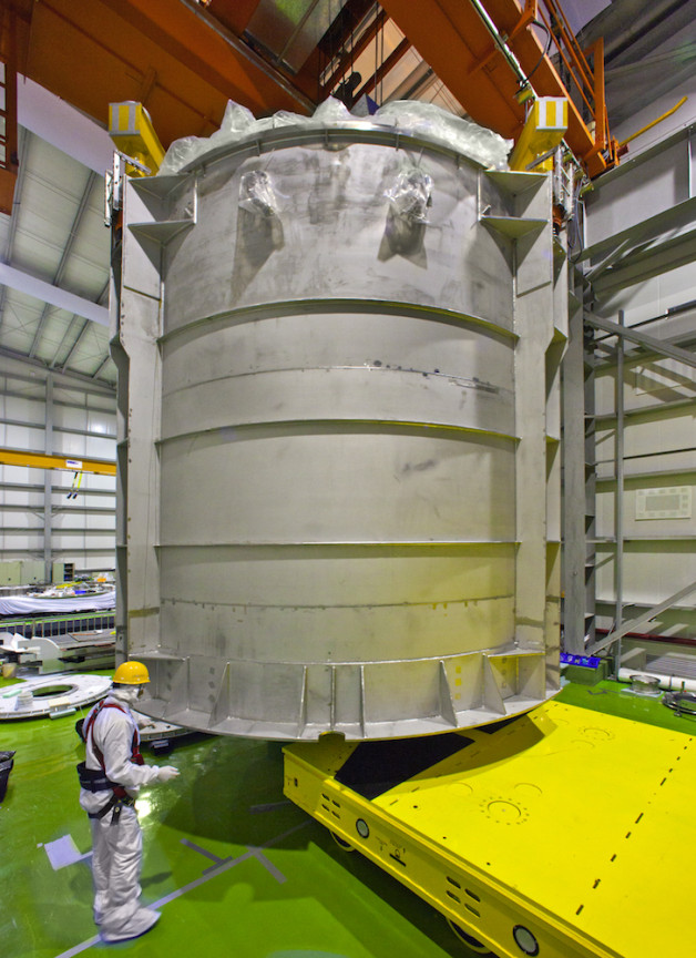 Um reservatório detector, antes da instalação em Daya Bay. (Foto por Roy Kaltschmidt / Berkeley Lab)