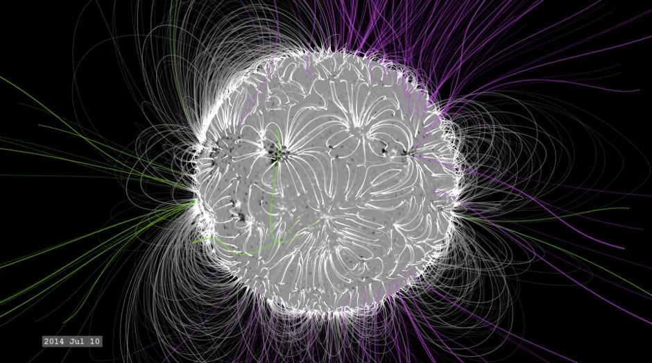 No máximo solar, em julho de 2014, a estrutura é muito mais complexa, com linhas de campo magnético fechadas e abertas que despontam para fora a partir de todo o Sol - condições ideais para explosões solares. Crédito da imagem: NASA / SVS.
