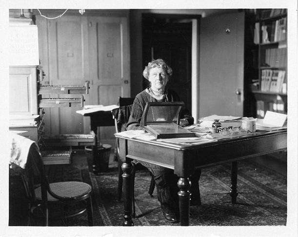 Annie Jump Cannon em sua mesa.