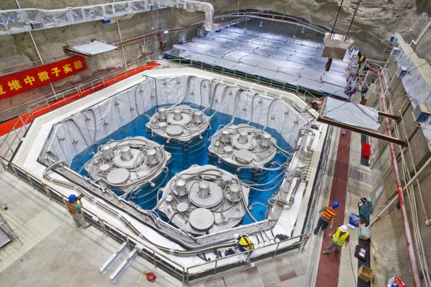 Estes quatro detectores de Daya Bay estão submersos em uma piscina de água ultrapura, que ajuda a proteger contra a ocorrência natural de radiação. (Foto por Roy Kaltschmidt / Berkeley Lab)