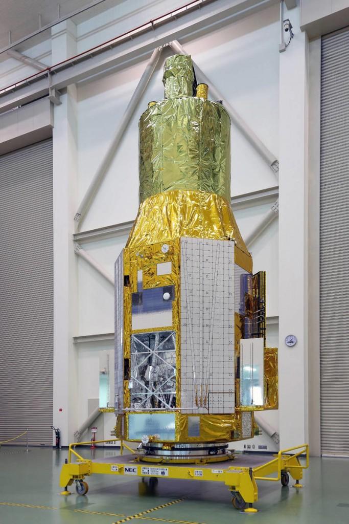 A sonda ASTRO-H em 27 de novembro de 2015, no Tsukuba Space Center no Japão. O compartimento aberto nostra a parte inferior esquerda do espectrômetro de raio-X de baixa energia. Crédito: JAXA.