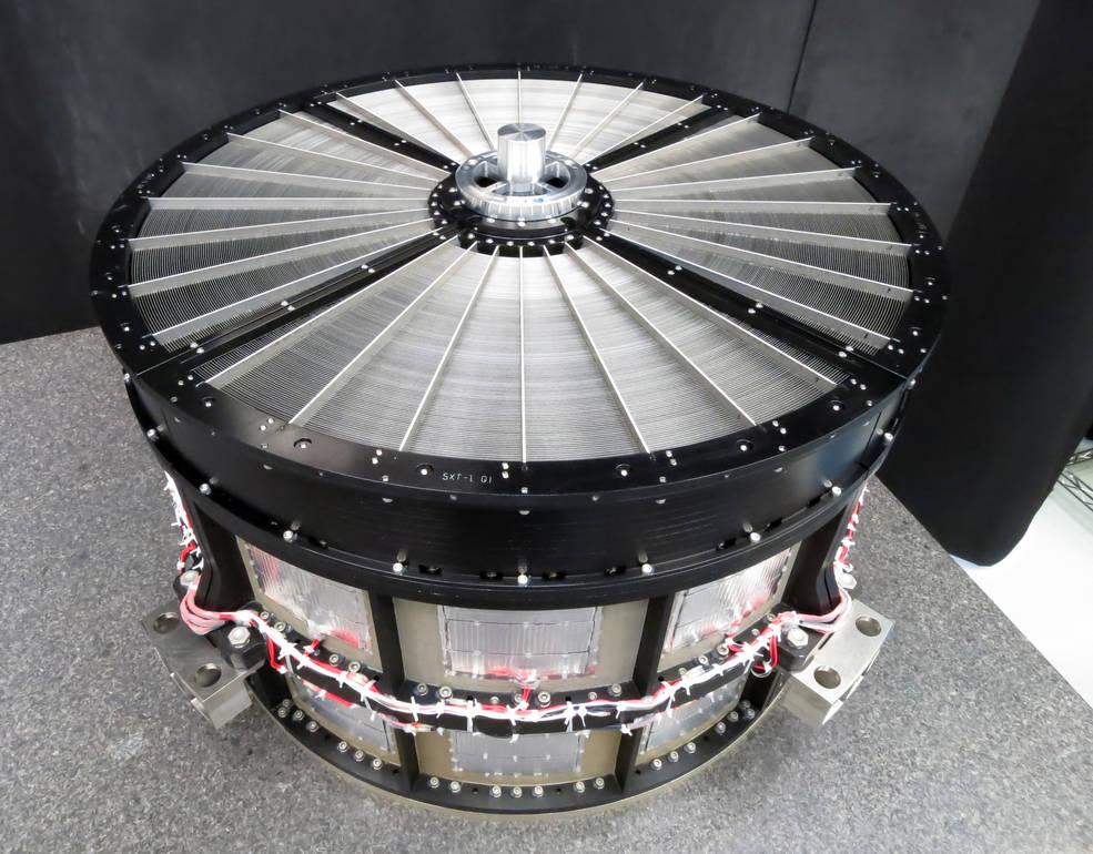 A equipe Goddard forneceu conjuntos de espelho idênticos para os telescópios de raios-X de baixa energia a bordo do ASTRO-H. Cada um tem 45 centímetros de diâmetro e contém 1624 segmentos de espelho de alumínio alinhados, precisamente dispostos em 203 camadas concêntricas. Crédito: NASA Goddard Space Flight Center.