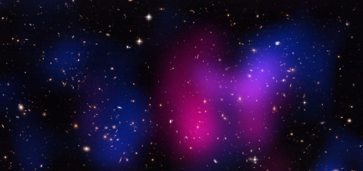 Do cluster Musket Ball observa-se claramente a separação de matéria escura (em azul) e a partir do raio-x normal a emissão de matéria (em rosa). Essa detecção indireta, no entanto, ainda não prova conclusivamente a natureza das partículas de matéria escura. Créditos da Imagem: NASA/CXC/UCDavis/W.Dawson.