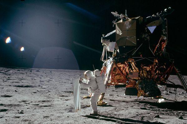 Luzes Estranhas na Lua