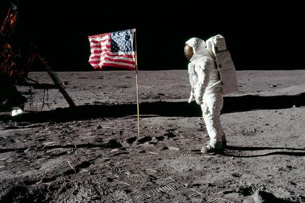 O Homem e a Bandeira no Solo Lunar