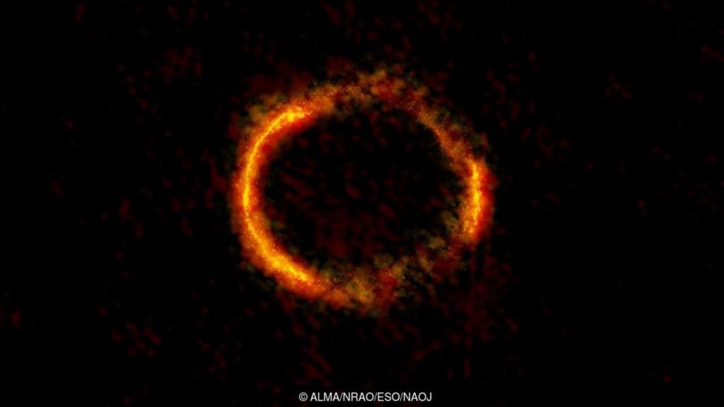 Lente gravitacional da SDP81. (Crédito: ALMA / NRAO / ESO / NAOJ)