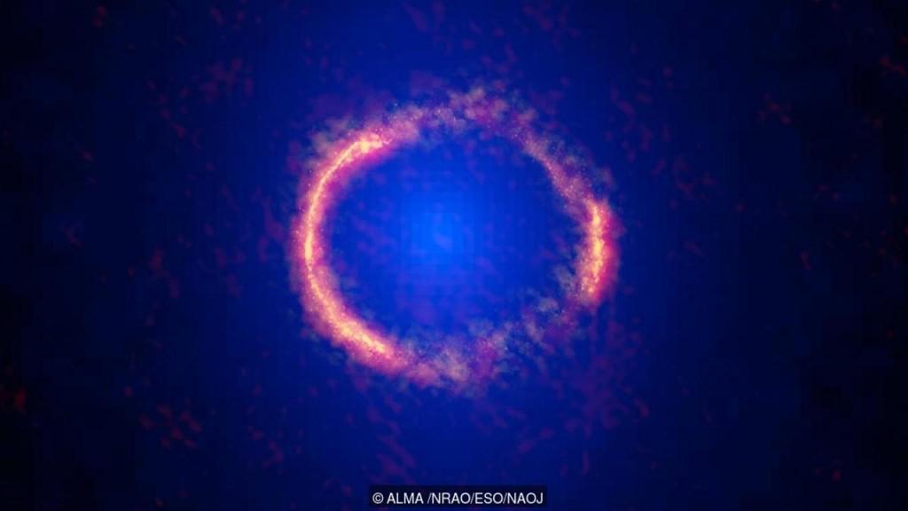 Imagem de alta resolução do Alma revela a poeira brilhante dentro da galáxia distante SDP81. (Crédito: ALMA / NRAO / ESO / NAOJ)