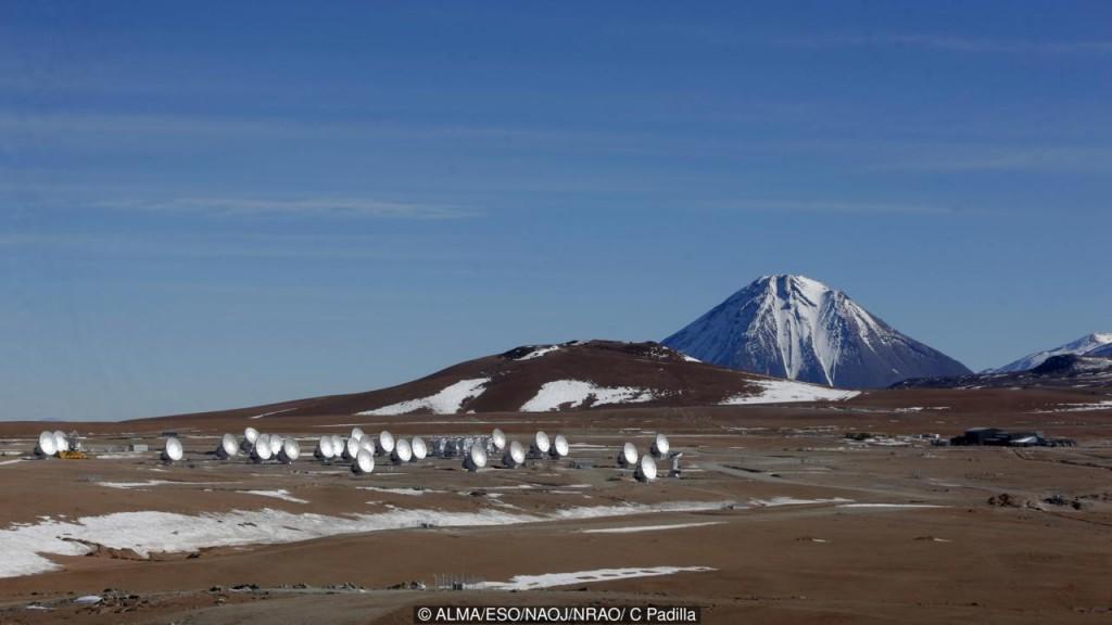 O ALMA levou muito tempo para ser construído, aqui metade dos 66 eventuais antenas estão visíveis (Crédito: ALMA / ESO / NAOJ / NRAO / C Padilla)