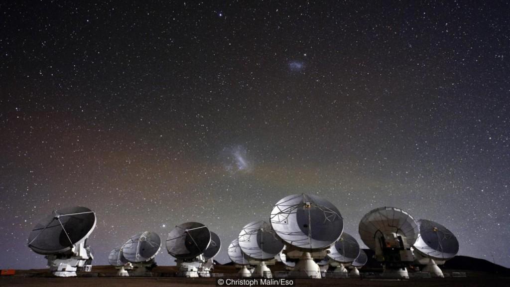 O telescópio Alma tem 66 antenas de rádio a 5000 metros acima do nível do mar no Deserto do Atacama no Chile (Crédito: Christoph Malin / ESO)