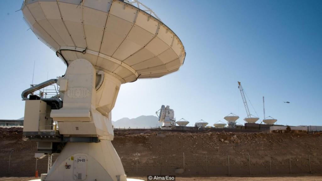 O Alma pode tirar fotos de galáxias a bilhões de anos-luz de distância (Crédito: Alma / ESO)