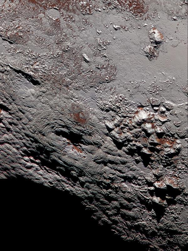 Uma visão colorida de alta resolução de um dos dois criovulcões na superfície de Plutão. Imagem feita pela sonda New Horizons em julho de 2015. Crédito: NASA.