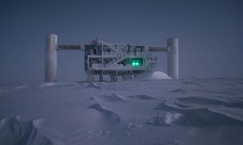 O Ice Cube é um observatório de neutrinos, cujas detectores estão enterrados abaixo da superfície da Antártida. (Photo by Emanuel Jacobi da National Science Foundation).