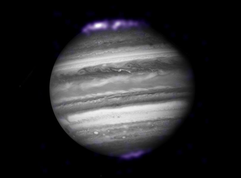 Raios-X mostram as auroras de Júpiter (cor púrpura) ondulando em torno dos polos do planeta. Esta é uma combinação de imagens obtidas pelos telescópios espaciais Chandra e Hubble. Crédito: X-RAY: CXC, SWRI, R.GLADSTONE ET AL / NASA .; OPTICAL: ESA, HUBBLE HERITAGE (AURA / STScI) / NASA.