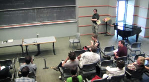 Uma sessão de discussões abertas sobre a formação de buracos negros binários, em uma oficina de respostas rápidas do IKFT, liderada pelo astrônomo Sterl Phinney.