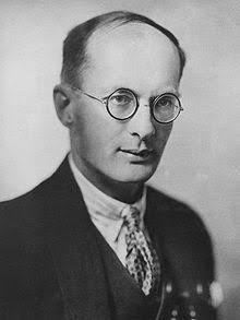 Nascido na Cracóvia, Polônia, Bronislaw Kasper Malinowski foi um antropólogo e professor. Entre 1914 e 1918, desenvolveu seu grande estudo de campo entre os habitantes das ilhas Trobriand, próximas à Nova Guiné, o qual transpôs em várias obras.