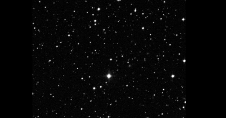 A gêmea solar HIP 68468 no centro da imagem. The STScI Digitized Sky Survey.