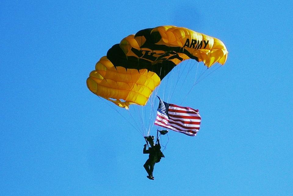 Um membro do exército americano demonstra a resistência do ar. Créditos da Imagem: Gerry Dincher.