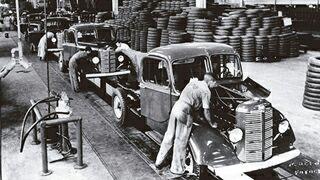 As relações de produção são as formas pelas quais os homens executam a atividade produtiva.