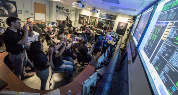controladores de vôo New Horizons comemorar depois de terem recebido a confirmação da demonstração aérea bem sucedido da nave de Plutão em 14 de julho de 2015. Crédito: NASA / Bill Ingalls.