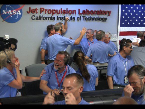 A equipe do Laboratório de Ciência de Marte comemorando a aterragem bem sucedida do rover Curiosity em Marte em agosto de 2012. Crédito: NASA / JPL.
