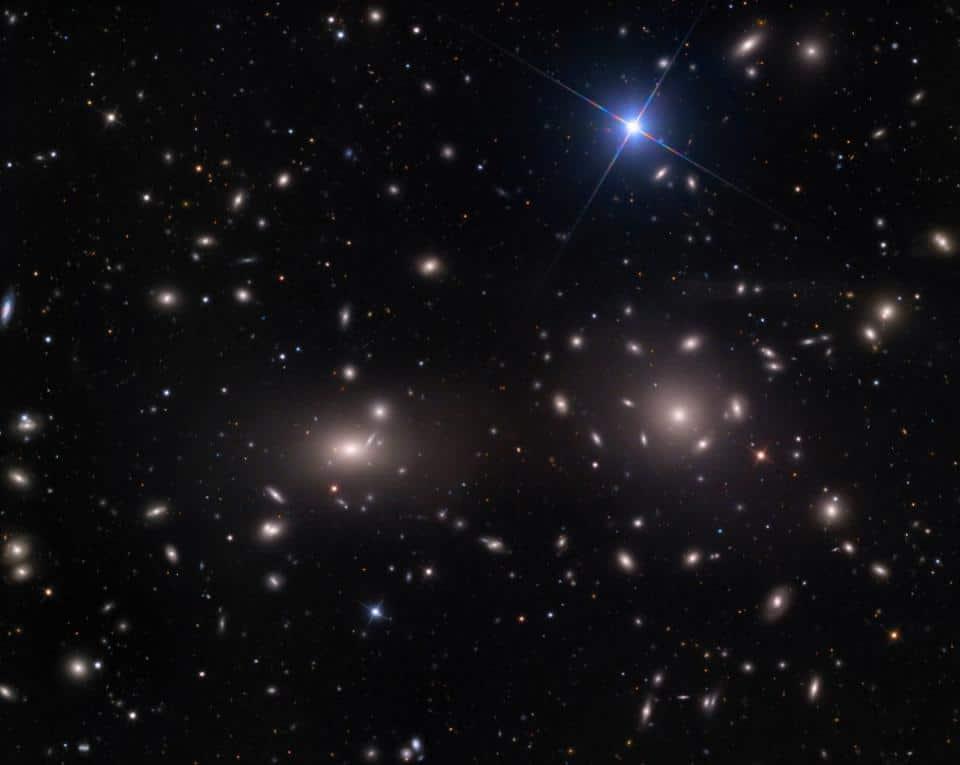 As duas galáxias brilhantes e grandes no centro do superaglomerado de Coma, NGC 4889 (esquerda) e a ligeiramente menor NGC 4874 (à direita); cada uma com mais de um milhão de anos-luz de dimensão. Mas as galáxias ao redor, que se deslocam rapidamente, apontam para a existência de um grande halo de matéria escura em todo o aglomerado. (Crédito da imagem: Adam Block/Mount Lemmon SkyCenter/Universidade do Arizona)