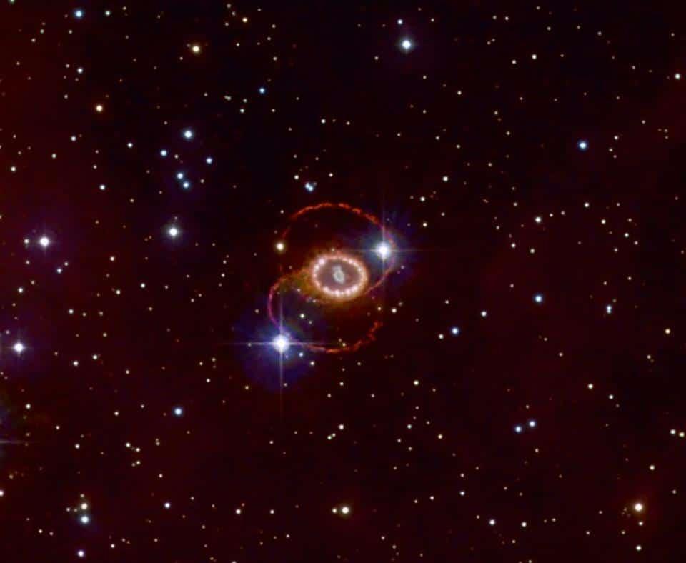 O remanescente da supernova 1987a, localizado na Grande Nuvem de Magalhães, a cerca de 165.000 anos-luz de distância. Foi a supernova observada mais próxima da Terra em mais de três séculos. (Créditos: Noel Carboni & NASA/ESO/ESA)